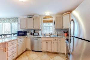 A kitchen or kitchenette at White Picket