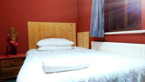A bed or beds in a room at Oldbrook Accommodation
