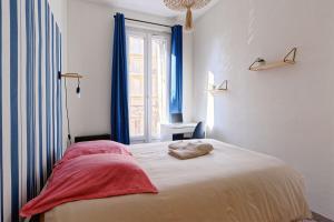 A bed or beds in a room at Le joyau de la Joliette