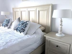 Cama o camas de una habitación en Antigua Village Beach Resort