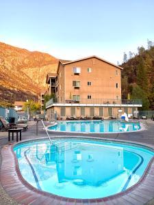 Het zwembad bij of vlak bij Yosemite View Lodge