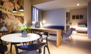 Coin salon dans l'établissement One Suite Hotel