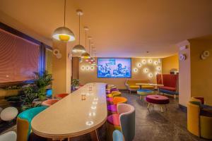 El salón o zona de bar de OMAMA Hotel