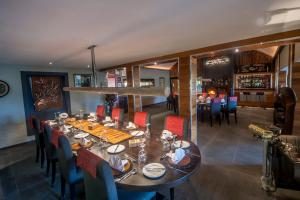 A restaurant or other place to eat at Hog Hollow Country Lodge