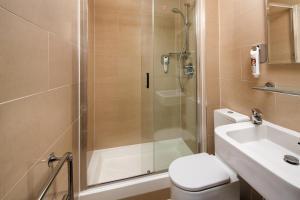 Um banheiro em ibis Styles London Gloucester Road