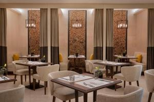 Um restaurante ou outro lugar para comer em voco Al Khobar an IHG Hotel, an IHG Hotel