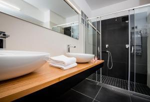 A bathroom at Astoria Palace Hotel