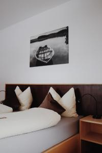 A bed or beds in a room at Hotel Martellerhof