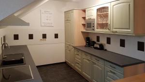 A kitchen or kitchenette at Gästehaus Best End