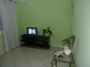 Uma TV ou centro de entretenimento em Apartamento Itapiranga