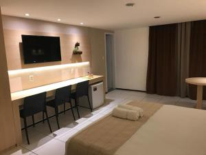 A television and/or entertainment centre at Hotel Meridional