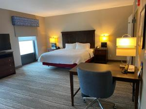A bed or beds in a room at Hampton Inn & Suites Orlando-Apopka