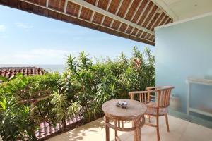 Ein Balkon oder eine Terrasse in der Unterkunft Kerang Bingin Beach Villa