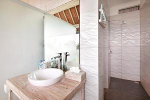 Ein Badezimmer in der Unterkunft Kerang Bingin Beach Villa