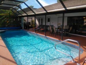 Der Swimmingpool an oder in der Nähe von Villa Angel's Haven