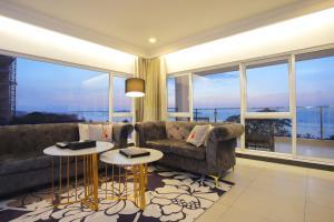 A seating area at Queenco Hotel & Casino