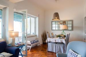 A seating area at Casa de Cascais do Pipas