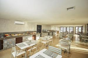 A restaurant or other place to eat at Moriah Natal Beach Hotel