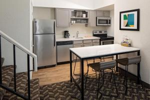 A kitchen or kitchenette at Residence Inn Sunnyvale Silicon Valley I