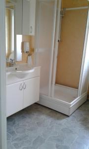 A bathroom at Furoy Fishingcamp and Hotel Apartments