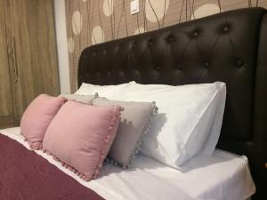 A bed or beds in a room at Summertimes