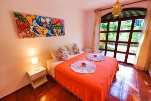 Een bed of bedden in een kamer bij Pousada Enseada Dos Golfinhos