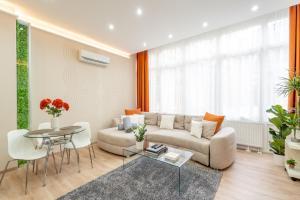 Posezení v ubytování Modern, Quiet & Cozy Apartment in the middle of Downtown near Danube at Fashion street