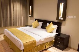 Cama ou camas em um quarto em Doosh Teeba Hotel Suites