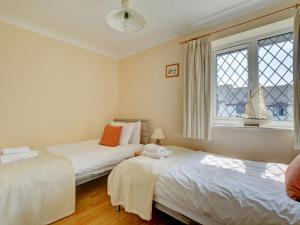 A bed or beds in a room at Modern Holiday Home in Padstow with Private Garden