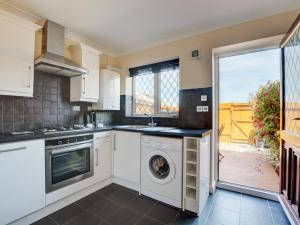 A kitchen or kitchenette at Modern Holiday Home in Padstow with Private Garden