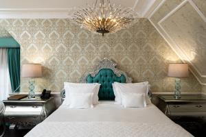 A bed or beds in a room at Hotel Colline de France