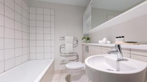 A bathroom at Auckland Harbour Suites