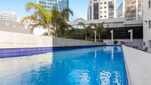 The swimming pool at or close to Auckland Harbour Suites