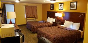 A bed or beds in a room at Regal Inn Coffeyville