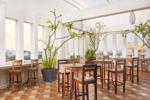 A restaurant or other place to eat at Phnom Penh Katari Hotel