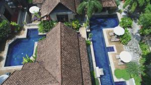 Ein Blick auf den Pool von der Unterkunft Montra Hotel oder aus der Nähe