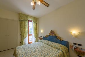 A bed or beds in a room at Hotel Porto Roca