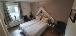 A bed or beds in a room at Hotel Restaurant The Kings Head Inn