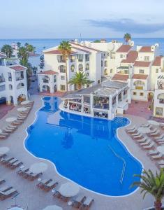 Uitzicht op het zwembad bij Sunset Harbour Club By Diamond Resorts of in de buurt