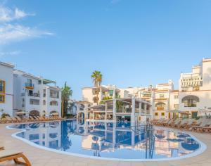 Het zwembad bij of vlak bij Sunset Harbour Club By Diamond Resorts