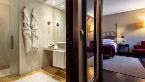 A bathroom at Pousada Convento de Tavira