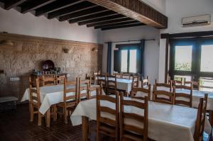 Un restaurante o sitio para comer en Casa Rural Cerro La Gorra