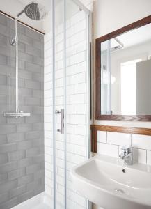A bathroom at The Spyglass & Kettle by Greene King Inns