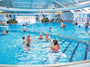 The swimming pool at or near Holiday Home Thorpe Park-6