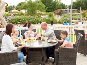 A family staying at Holiday Home Thorpe Park-3