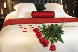 A bed or beds in a room at Oz'inn Hôtel & Spa