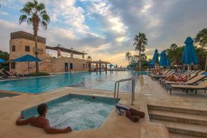 Бассейн в Ramada Resort Dead Sea или поблизости