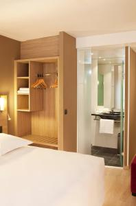 A bed or beds in a room at Escale Oceania Orléans