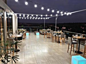 A restaurant or other place to eat at O2 Hotel Iguazu