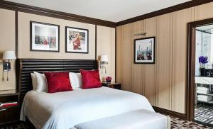 A bed or beds in a room at Iroquois New York Times Square